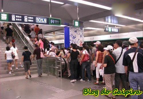 fila na escada rolante