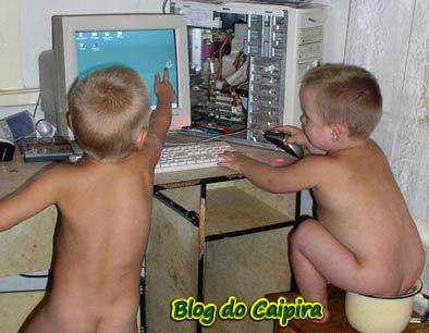 cagando em frente o computador