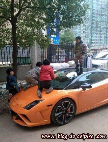 crianças brincando no carro